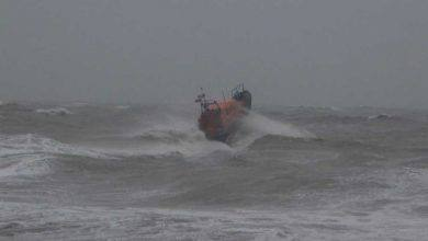 Photo of Kapal Penyelamat Nyaris Karam saat Evakuasi Surfer Nekat di Tengah Badai Ciara
