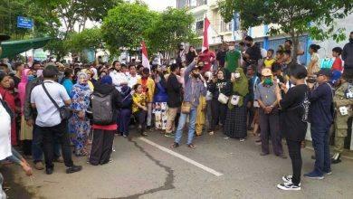 Photo of Hari Kedua Pembongkaran Bangunan Bantaran SKM, Warga 2 RT Lain Ikut Unjuk Rasa