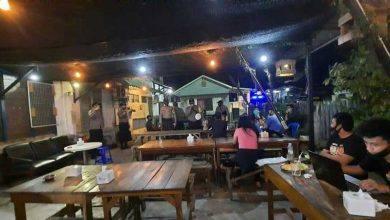 Photo of Sosialisasi Pagi ke Malam, Polisi Ingatkan Satu Meja di Tongkrongan Tak Boleh Lebih Dua Orang