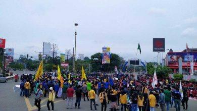 Photo of Tolak UU Cipta Kerja, Ratusan Mahasiswa dan Buruh Unjuk Rasa di Simpang Mal Lembuswana