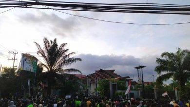 Photo of Tolak UU Cipta Kerja, Demonstran Tunggu Tanda Tangan Wakil Rakyat dan Gubernur Kaltim